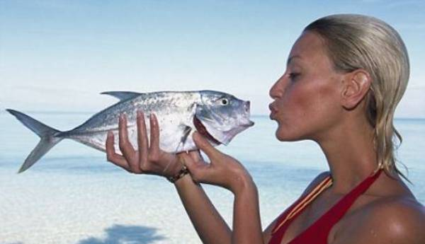 Рыба в руках у девушки