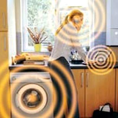Девушка на кухне и излучения от бытовых приборов